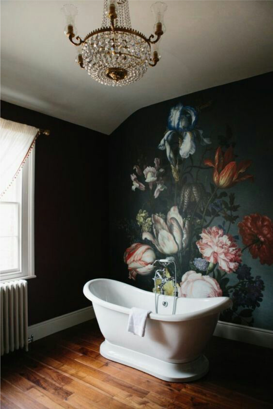 Efektne lillemuster ja lühter. Romantiline vannituba
