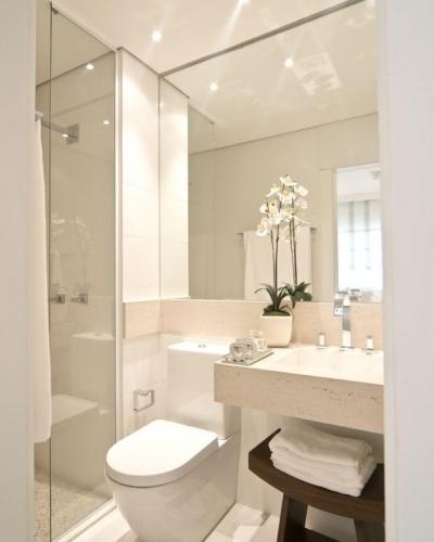 väike vannituba peegel vastasseinas