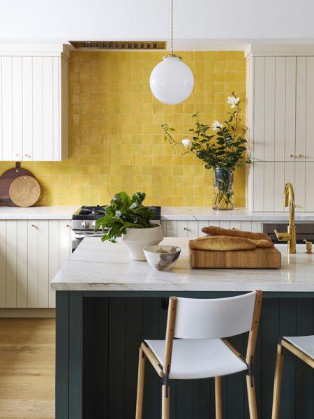 Kollased plaadid köögi seinas