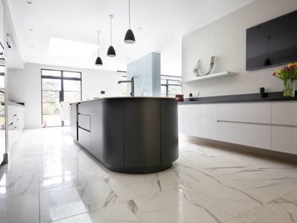 Marmor põrandaplaadid köögis