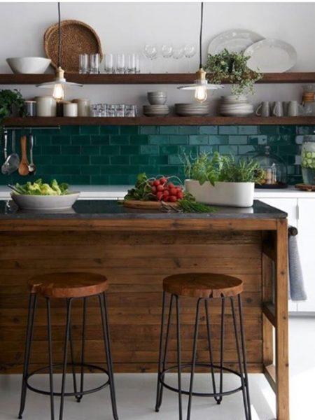 rohelised köögi plaadid seinas