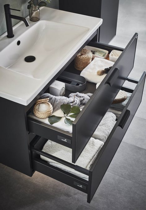 Mustade detailidega vannitoamööbel