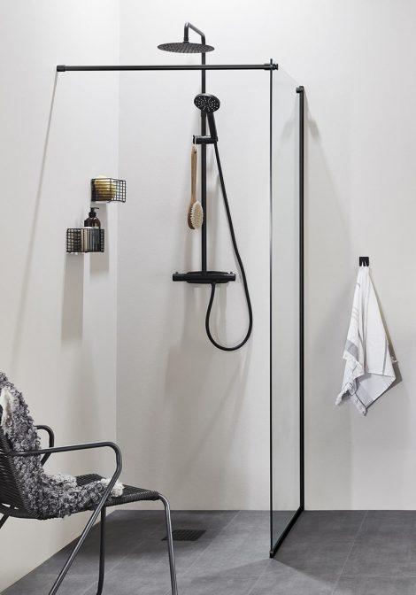 Musta värvi dušisein Frist DV ja dušisegisti Studio Black