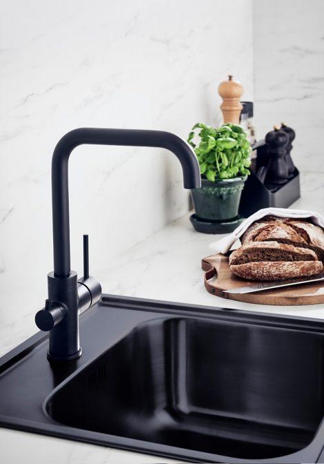 Stand Black musta värvi köögisegisti